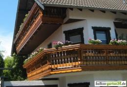 Balkongelaender Holz nord. Fichte Kufstein mit Zopfkonsole